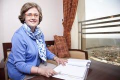 Senior Businesswoman about to Write Royalty Free Stock Photos