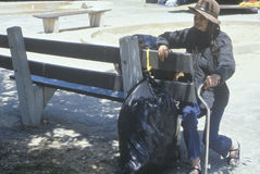 Elderly homeless woman sitting on park bench, Chicago, Illinois Royalty Free Stock Photos