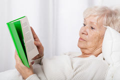 Elderly lady reading book Royalty Free Stock Photography
