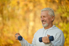 Elderly man exercising with dumbbells Royalty Free Stock Photos