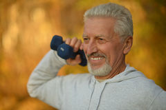 Elderly man exercising with dumbbells Royalty Free Stock Photography