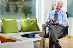 Elderly man using mobile phone Royalty Free Stock Photos