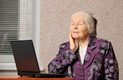 The elderly woman in front of the laptop Royalty Free Stock Images