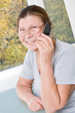 Elderly woman razgovariet on a mobile phone. Royalty Free Stock Photos