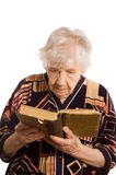 The elderly woman reads the book Royalty Free Stock Photography