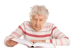 Elderly woman reads the book Royalty Free Stock Photos