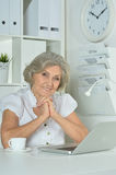 Elderly woman working on laptop Royalty Free Stock Images