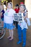 Eldery Frau unterstützt Wisconsin-Arbeitskraft-Anschluss Lizenzfreie Stockfotos