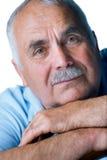 Eldery mężczyzna z kierowniczy odpoczywać na rękach Obraz Royalty Free