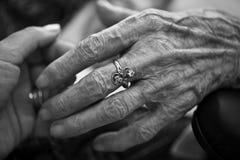 Eldery ręki cierpliwa opieka Obrazy Stock