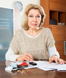Eldery woman woman calculating money Royalty Free Stock Photo