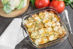 Eldfast form från potatisen med gräddfilsås, grönsaker och gree Royaltyfria Foton