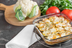 Eldfast form från potatisen med gräddfilsås, grönsaker, tomatoe Royaltyfri Fotografi