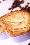 Eldfast form. Keso bakad pudding i kakapanna. form av hjärta Arkivfoton