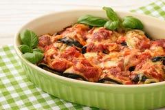 Eldfast form med grillade aubergine som är välfyllda med köttfärs Arkivfoton