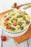 Eldfast formpasta med höna och broccoli Arkivbild