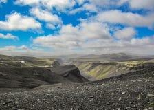 Eldgja火山的峡谷惊人风景在晴朗的天气的:绿色青苔盖子倾斜 图库摄影