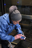 ELDLERY妇女去与POKEMON的100公里 免版税库存图片