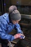 ELDLERY-FRAU GEGANGEN 100 KILOMETER MIT POKEMON Lizenzfreies Stockbild