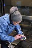 ELDLERY-FRAU GEGANGEN 100 KILOMETER MIT POKEMON Lizenzfreie Stockfotografie