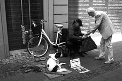 ELDLERY MAN DONATES FRUIT TO MAN NEEDS HELP Stock Photography