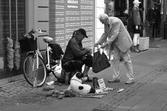 ELDLERY MAN DONATES FRUIT TO MAN NEEDS HELP Stock Photo
