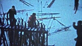 ELDORA, LE COLORADO 1967 : Skis de voitures de parking de station de sports d'hiver présentés partout banque de vidéos