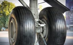 Ele fim do trem de aterrissagem de aviões acima imagem de stock