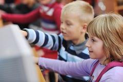 Ele instrução com as crianças na escola Imagens de Stock