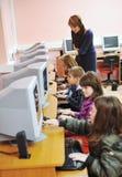 Ele instrução com as crianças na escola Fotografia de Stock