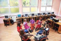 Ele instrução com as crianças na escola Fotografia de Stock Royalty Free