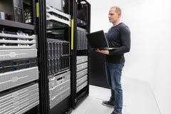 Ele servidores do monitor do consultante no centro de dados Foto de Stock