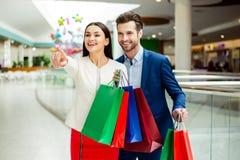 Ele tempo da compra do ` s com vendas e divertimento Successfu alegre bonito Imagem de Stock