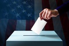 Elección en el concepto de América Dé la caída de una tarjeta de la votación en el th Fotos de archivo libres de regalías