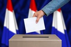 Elección en Países Bajos - votando en la urna Foto de archivo