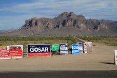 Elecciones de los E.E.U.U.: carteles en una travesía de camino Fotos de archivo libres de regalías