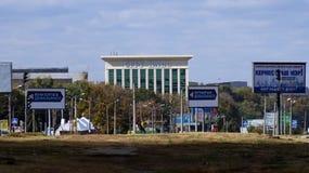 Elecciones locales en Ucrania 2015 Elecciones y taza del inodoro blanca Fotografía de archivo