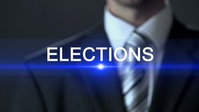 Elecciones, político en el traje que presiona el botón en la pantalla, campaña política metrajes
