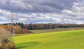 Electiricty pyloner i ett engelskt landskap Royaltyfria Bilder