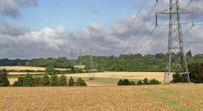 Electiricty pyloner i ett engelskt landskap Arkivfoton