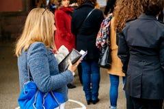 Electorale della carta della tenuta della donna che aspetta al voto Fotografie Stock Libere da Diritti