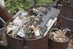 Electrónica de automóvil en botes de basura fotografía de archivo