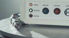 Electrónica del laboratorio de investigación científica Ciérrese encima del cable con el conector de acero almacen de metraje de vídeo
