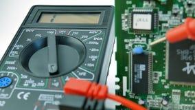 Electrónica, multímetro, prueba de la señal almacen de metraje de vídeo