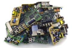 Electrónica quebrada en un vaciado de basura Imagen de archivo libre de regalías
