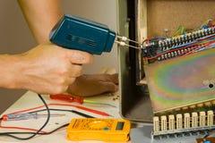 Electrian en el trabajo en solar fotos de archivo