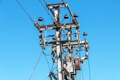 Electric Power aérien rayent la jonction sur Polonais en acier Photographie stock