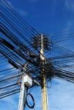 Electric Power alinea en un polo de poder en ciudad Imagen de archivo libre de regalías