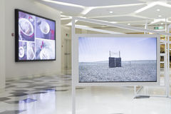 ELECTRIC SCREENS. ARE PLAYING IN A SHOPPING MALL, CHINA Stock Photo