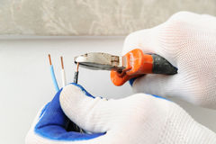 Electrican raccourcit le fil électrique Photographie stock libre de droits